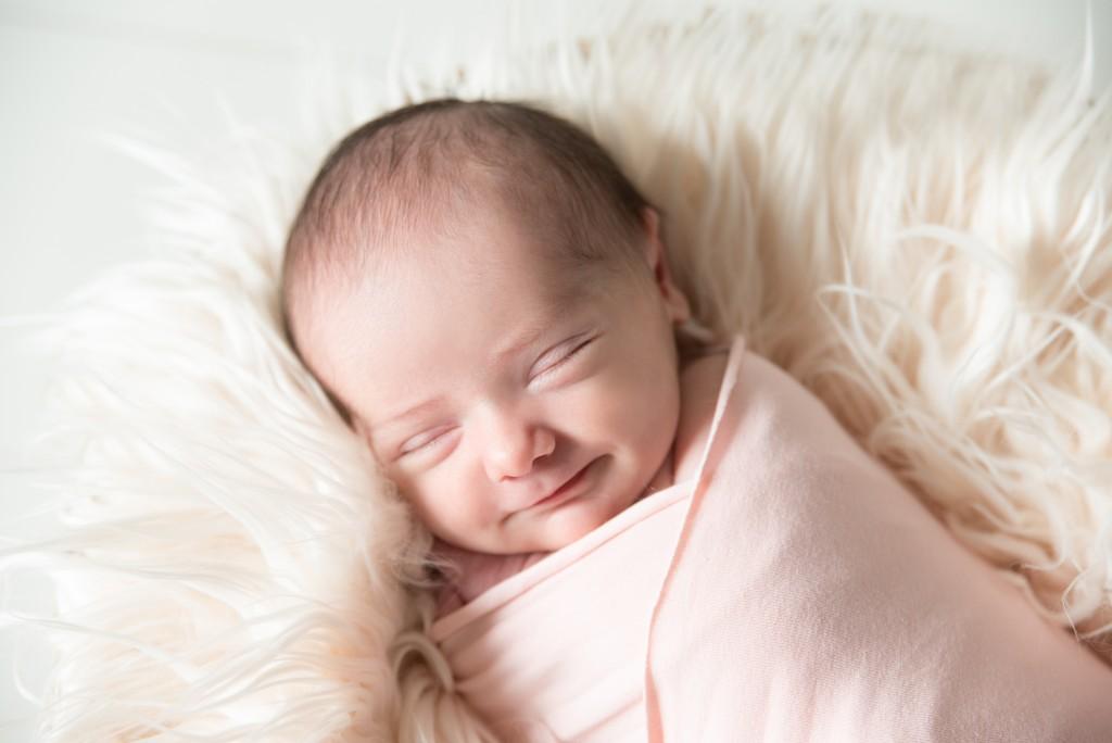bébé sourit aux anges